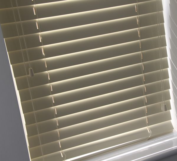 Cream Wood Venetian Blind With Matching Strings.-565
