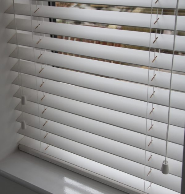 White Wood Venetian Blind With Matching Strings-570
